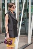 Kvinna utanför Jil Sander modeshower som bygger för Milans Womens modeveckan 2014 Arkivfoton