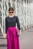 Kvinna utanför Jil Sander modeshower som bygger för Milans Womens modeveckan 2014 Royaltyfria Foton