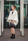 Kvinna utanför Jil Sander modeshower som bygger för Milans Womens modeveckan 2014 Royaltyfri Bild