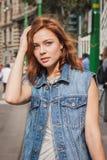 Kvinna utanför Jil Sander modeshower som bygger för Milans Womens modeveckan 2014 Arkivbild
