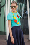 Kvinna utanför Jil Sander modeshower som bygger för Milans Womens modeveckan 2014 Fotografering för Bildbyråer