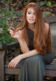 Kvinna utanför med solglasögon Royaltyfria Foton