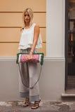 Kvinna utanför Missoni modeshower som bygger för Milans Womens modeveckan 2014 Arkivfoto
