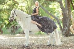 Kvinna utomhus med en vit häst Royaltyfria Foton