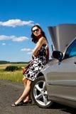 Kvinna, vid brutet ner bilen Royaltyfria Bilder