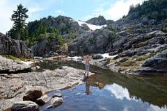 Kvinna vid den alpina sjön Royaltyfri Foto