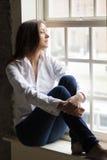 Kvinna vid fönstret Royaltyfri Bild
