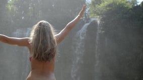 Kvinna vid vattenfallet stock video