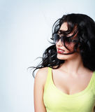 Kvinna weared solglasögon royaltyfri foto