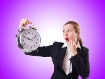 Kvinnaaffärskvinna med den jätte- klockan Royaltyfria Bilder