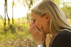 Kvinnaallergin nyser Arkivbild