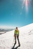 Kvinnaalpinistklättring i glaciär för höga berg Arkivfoto