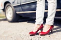 Kvinnaanseende bredvid den konvertibla klassiska bilen Royaltyfria Foton