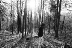 Kvinnaanseende i skogen Arkivfoton