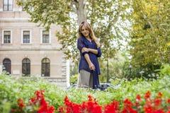 Kvinnaanseende mellan blommor Fotografering för Bildbyråer