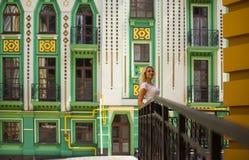 Kvinnaanseende nära en härlig byggnad Arkivfoton