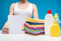 Kvinnaanseende på brädet med tvätteriflytande och rena plagg Royaltyfria Bilder