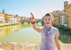 Kvinnaanseende på bron som förbiser pontevecchio Royaltyfria Bilder