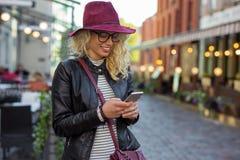 Kvinnaanseende på gatan och smsa royaltyfria foton