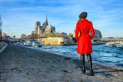 Kvinnaanseende på invallning nära Notre Dame de Paris Arkivbilder