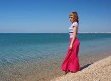 Kvinnaanseende på stranden Arkivfoto