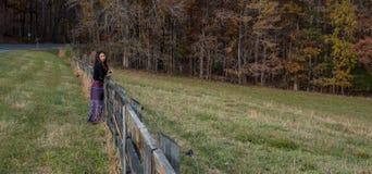 Kvinnaanseende vid det red ut staketet arkivfoton