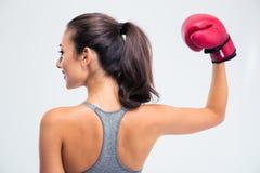 Kvinnaanseendet med boxninghandskar i seger poserar royaltyfri foto