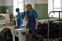 Kvinnaarbete i en filt startar fabriken Royaltyfri Fotografi