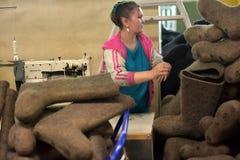 Kvinnaarbete i en filt startar fabriken Arkivfoton