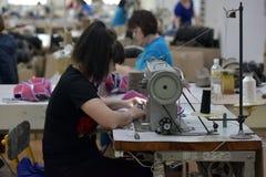 Kvinnaarbete i en filt startar fabriken Arkivbild