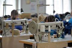 Kvinnaarbete i en filt startar fabriken Royaltyfri Foto