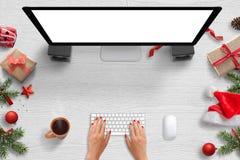 Kvinnaarbete på datoren med den isolerade skärmen för modell Royaltyfria Foton