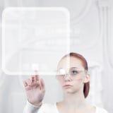 Kvinnaarbetet med futuristic har kontakt Royaltyfri Foto