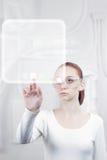 Kvinnaarbetet med futuristic har kontakt Arkivfoton