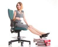 Kvinnaarbetsnedläggelseaffärskvinnan som kopplar av ben, up överflöd av doc Royaltyfri Foto