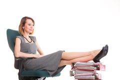 Kvinnaarbetsnedläggelseaffärskvinnan som kopplar av ben, up överflöd av doc Royaltyfria Bilder