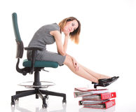 Kvinnaarbetsnedläggelseaffärskvinnan som kopplar av ben, up överflöd av doc Arkivbilder