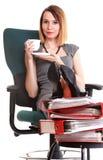 Kvinnaarbetsnedläggelseaffärskvinnan som kopplar av ben, up överflöd av doc Royaltyfri Fotografi