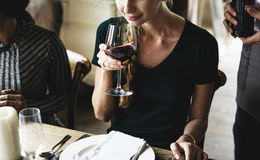 Kvinnaavsmakningrött vin i en flott restaurang fotografering för bildbyråer
