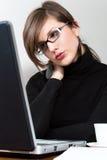 Kvinnabärbar dator   Arkivfoto