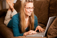 Kvinnabärbar dator Royaltyfria Bilder