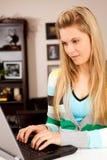 Kvinnabärbar dator Arkivbild