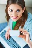 Kvinnabärbar datorshopping med kreditkorten Royaltyfri Foto