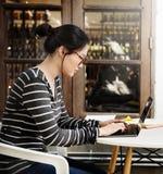 Kvinnabärbara datorn som bläddrar söka social nätverkandeteknologi, lurar arkivfoto
