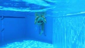 Kvinnabad i blåttpöl stock video