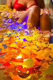 Kvinnabadning i brunnsort med färgterapi Fotografering för Bildbyråer