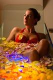 Kvinnabadning i brunnsort med färgterapi Royaltyfri Foto