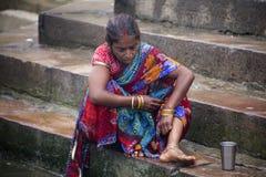 Kvinnabadning på sidan av Gangeset River, Varanasi Royaltyfria Bilder