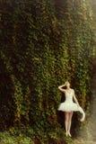 Kvinnaballerina i en vit klänning i en parkera Arkivfoton