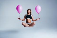 Kvinnaballongsvävning fotografering för bildbyråer